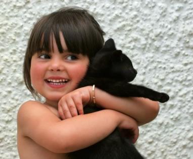 A criança e os gatos