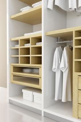 Como aproveitar da melhor maneira o espaço de um guarda-roupa
