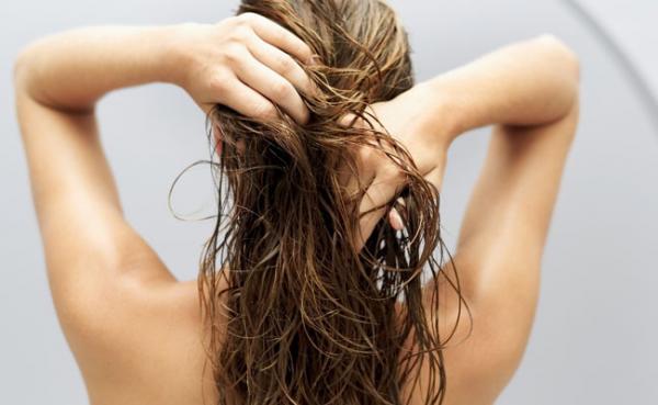 Esfoliação do couro cabeludo ajuda no crescimento dos fios