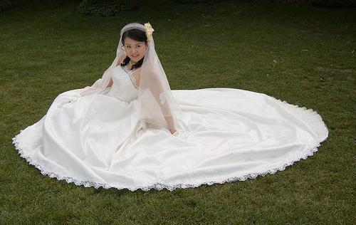 Gracioso vestido de noiva em renda