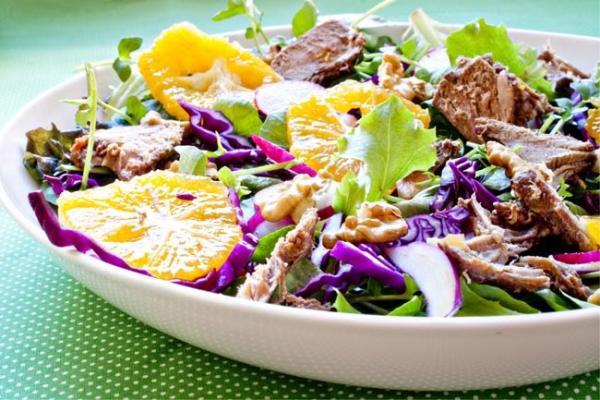 Salada de Folhas de Espinafre, Couve Roxa e Pinhões