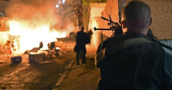 Violência na favela do Rio de Janeiro. O Brasil a poucos dias do Mundial 2014