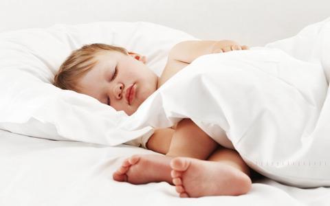 Até que idade é normal a criança fazer xixi na cama?