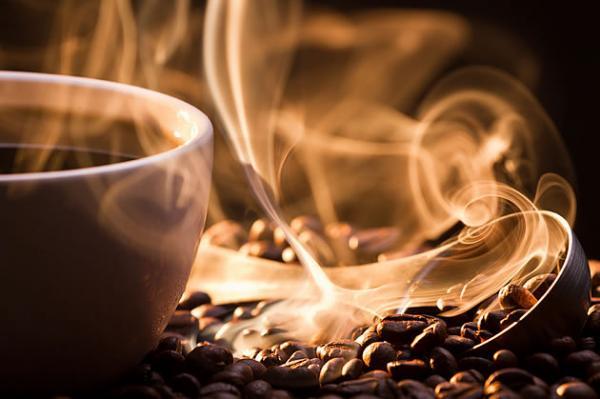 Consumir mais café pode combater a depressão e o vício do álcool