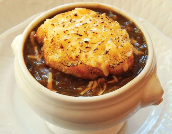 Receita de sopa de cebola com pão e queijo
