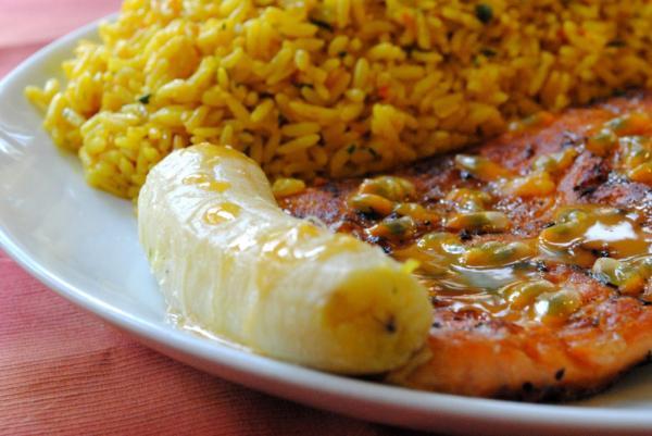 Salmão grelhado ao molho de maracujá com banana assada