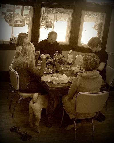 Sentar-se com a família à mesa: um ato de carinho